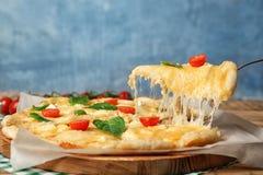 Brać smakowitego domowej roboty pizza plasterek z rozciekłym serem zdjęcie stock