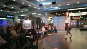 Brać wideo pokaz mody, cyfrowej kamery ekranu zbliżenia widok, wzorcowy odprowadzenie puszka wybieg zdjęcie wideo