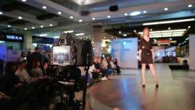 Brać wideo pokaz mody, cyfrowej kamery zbliżenie, moda biznes, wzorcowy odprowadzenie puszka wybieg zbiory