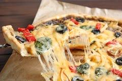 Brać wyśmienicie domowej roboty pizza plasterek z rozciekłym serem obraz royalty free