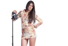 Bra brunett se modemodellen över vit bakgrund royaltyfria foton