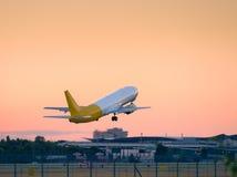 Brać daleko samolot od runwayat zmierzchu Obraz Royalty Free