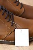 Prislappen på läder skor Arkivbild