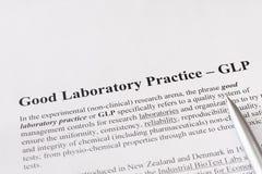 Bra laboratoriumövning eller GLP ser till ett kvalitets- system av ledningstyrning för forskningslaboratorier Fotografering för Bildbyråer