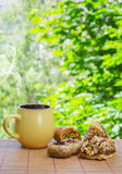 Bra morgon! Keramisk kopp med den varma drinken och östliga sötsaker Gå Arkivbilder