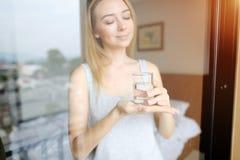 Bra morgon med exponeringsglas av vatteninnehavet av den nätta kvinnan royaltyfri fotografi