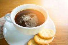 Bra morgon med svart kaffe och kakan Arkivbilder