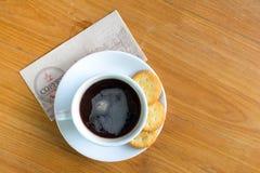 Bra morgon med svart kaffe och kakan Royaltyfri Fotografi