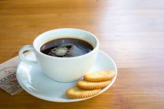 Bra morgon med svart kaffe och kakan Royaltyfria Bilder