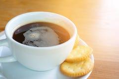 Bra morgon med svart kaffe och kakan Fotografering för Bildbyråer