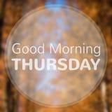 Bra morgon torsdag på abstrakt bakgrund för höstbladbokeh arkivbild