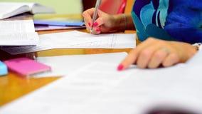Brać notatka uczni w bibliotece zbiory wideo