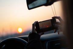 Bra? obrazki zmierzch z smartphone przez samochodowego okno zdjęcie stock