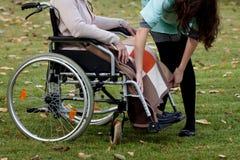 Brać opiekę starsza kobieta Zdjęcie Royalty Free