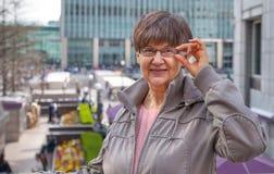Bra pensionsåldern se kvinnaståenden i staden London Royaltyfri Bild