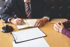 Bra samarbete för kundtjänst, konsultation mellan en man l arkivfoton