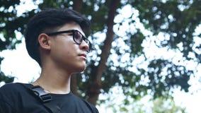 Bra seende asiatisk grabb som står för att förnya sig med skogen Pang Sida National Park lager videofilmer