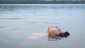 Bra seende asiatisk grabb som svävar sig med vatten l?ngsam r?relse arkivfilmer