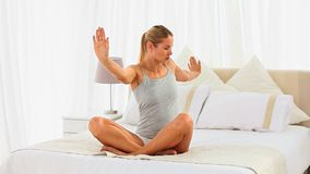 Bra seende kvinna som gör yoga arkivfilmer