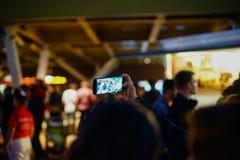 Brać selfie przy Ulicznym Karmowym Fest 2017, Bucharest, Rumunia Fotografia Royalty Free