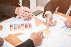 Bra teamwork, arbetsplatsstrategi, affärsmän som möter för att diskutera och konsultera på de framtida planen Arkivfoto