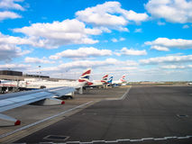 Bra väder fördunklar ovanför den Heathrow flygplatsen och BA Royaltyfri Bild