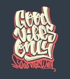 Bra vibes endast Handskriven bokstäver för vektor Tryck för t-shirt royaltyfri illustrationer
