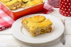 Braadpan met courgette, kip en kaas stock foto's