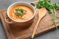 Braadpan met de eigengemaakte soep van de linzenroom royalty-vrije stock foto