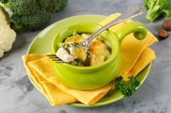 Braadpan met deegwaren, kip en broccoli stock afbeelding