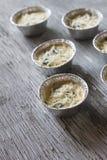Braadpan met Eieren, Spinazie en Parmezaanse kaas Stock Foto