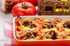 Braadpan met groenten, vleesballetjes en kaas royalty-vrije stock foto's