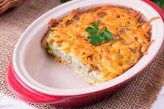 Braadpan met kaas en courgette royalty-vrije stock afbeeldingen