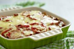 Braadpan met vlees, aardappel, tomaat en kaas royalty-vrije stock foto's