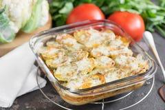 Braadpan van aardappel met zure roomsaus, met tomaten, pari Stock Foto's