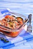 Braadpan van aubergine en tomaat met kaas stock foto's