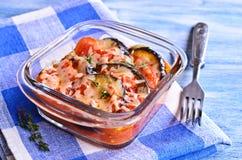 Braadpan van aubergine en tomaat met kaas stock afbeeldingen