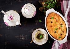 Braadpan van de ontbijt de Smakelijke kwark op donkere lijst royalty-vrije stock afbeeldingen