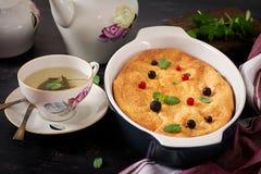 Braadpan van de ontbijt de Smakelijke kwark op donkere lijst royalty-vrije stock foto