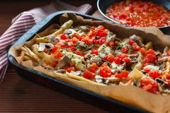 Braadpan van macaroni met vlees stock foto