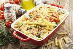 Braadpandeegwaren met kip en broccoli Stock Afbeeldingen