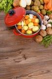 Braadpanschotel met groenten, de verticale ruimte van het keuken worktop exemplaar, Stock Fotografie