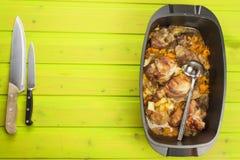 Braadpanschotel met varkensvlees op een houten raad Thuiswerk communale maaltijd Royalty-vrije Stock Afbeelding