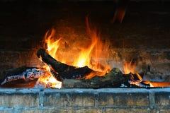 Braadstuk, heldere vlam in de open haard stock fotografie