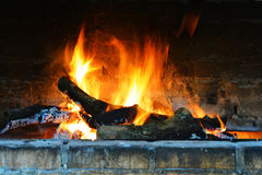 Braadstuk, heldere vlam in de open haard royalty-vrije stock foto