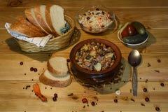 Braadstuk ` Kirsani ` met paddestoelen en bonen Stock Fotografie