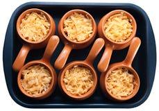 Braadstuk met groenten, vlees en kaas in aardewerk Stock Afbeeldingen