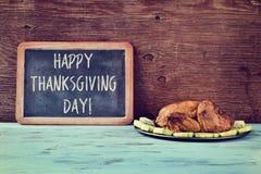 Braadstuk Turkije en bord met tekst gelukkig thanksgiving day Stock Fotografie