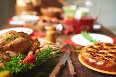 braadstuk Turkije met groente en wijnglas Royalty-vrije Stock Foto's