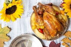 braadstuk Turkije met groente en wijnglas stock foto's